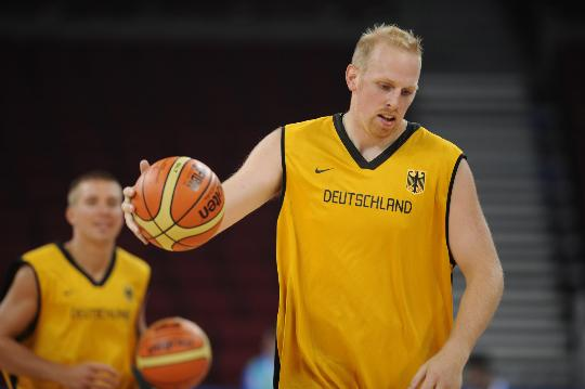 图文-德国男篮进行赛前训练 卡曼在认真训练中