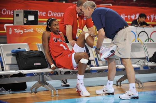 图文-美国女篮进行赛前训练 队医在为莱斯利按摩
