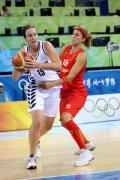 图文-奥运会11日女篮小组赛赛况 选手艰难突破