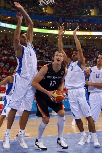 图文-[男篮]希腊87-64德国 篮下得球准备灌篮
