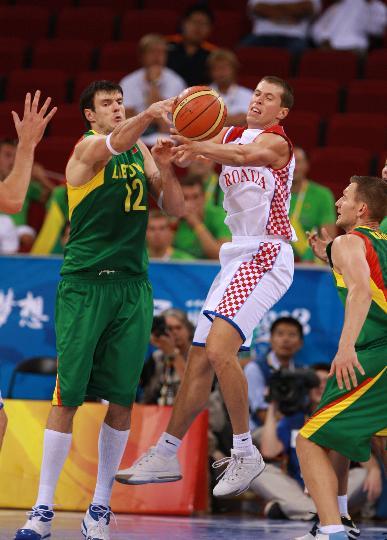 图文-男篮立陶宛战胜克罗地亚 比赛中争夺十分激烈