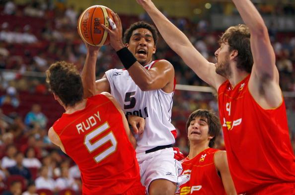 图文-男篮预赛安哥拉50-98西班牙 卡洛斯以一敌三