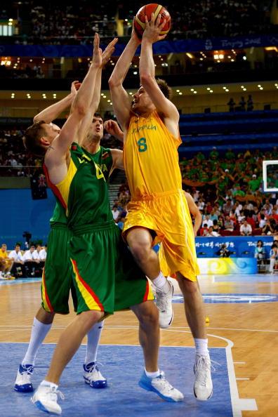 图文-澳大利亚106-75立陶宛 突破上篮双人包夹