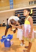图文-美国男篮王牌北京过生日 两个女儿祝福老爹