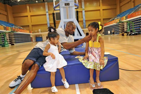 图文-美国男篮王牌北京过生日 科比伺候两个女儿