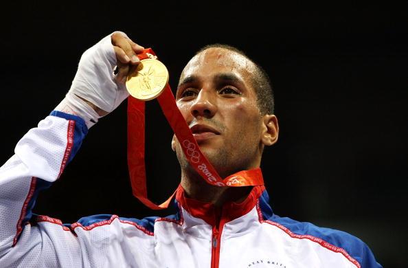 图文-拳击男子75公斤级决赛 德格勒展示奖牌
