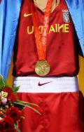 图文-拳击男子57公斤级决赛 奥运金牌胸前挂