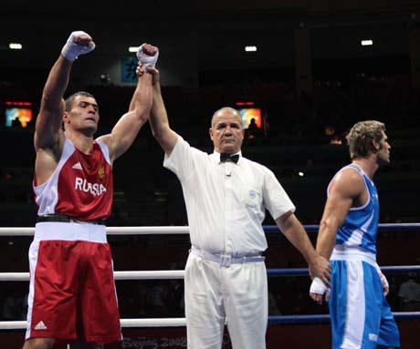 图文-拳击男子91公斤级决赛 裁判举胜利之拳
