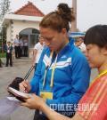 图文-女足进行赛区交换 美国队员为志愿者签名