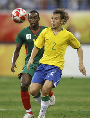 图文-男足四分之一决赛大战 巴西后防坚固
