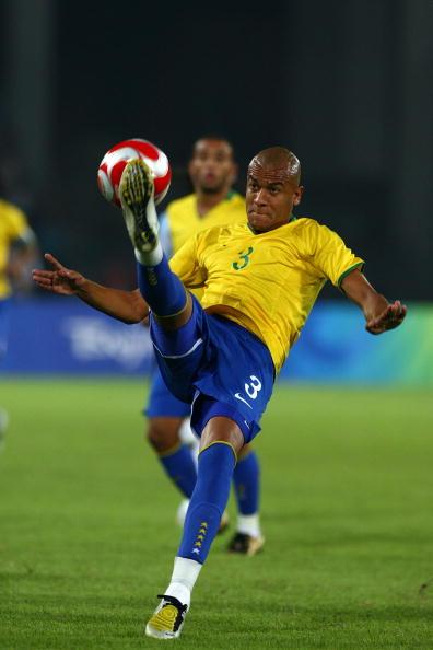 图文-奥运男足巴西VS阿根廷 阿莱克斯大脚解围
