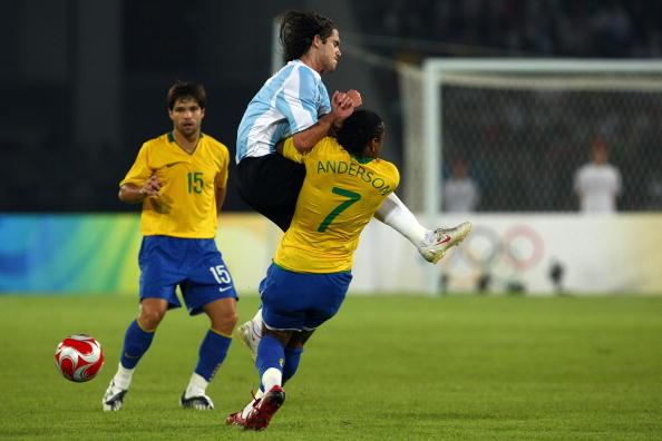 图文-奥运男足巴西VS阿根廷 扎戈飞身冲撞对手