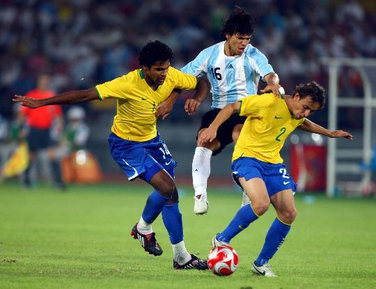 图文-阿根廷胜巴西挺进男足决赛 阿奎罗受到夹攻