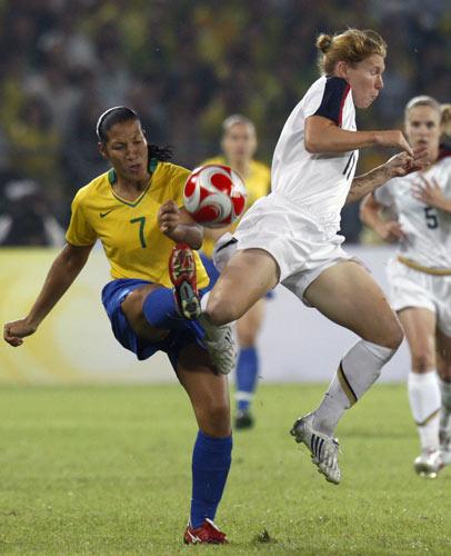 图文-女足决赛美国大战巴西 如此怪异动作