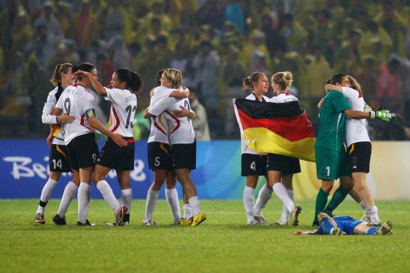 图文-德国女足2-0日本获铜牌 德国姑娘庆祝获胜