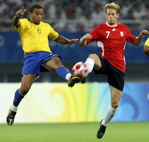 图文-男足巴西胜比利时摘铜 动作如此一致
