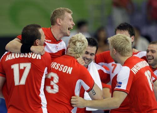 图文-奥运会16日男子手球赛场聚焦 全队欢庆胜利
