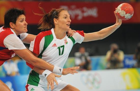 图文-奥运会女子手球半决赛赛况 匈牙利队员传球