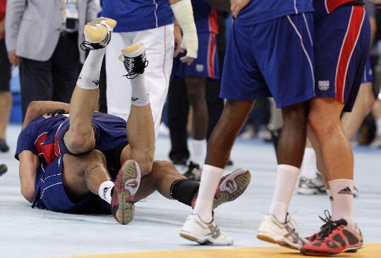 图文-法国胜冰岛手球夺冠 法国队球员拥抱欢庆