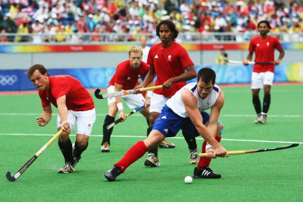 图文-奥运会17日男子曲棍球赛况 双方激烈争夺