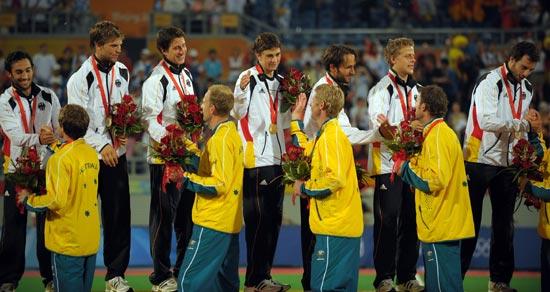 图文-澳大利亚男曲胜荷兰摘铜 双方握手