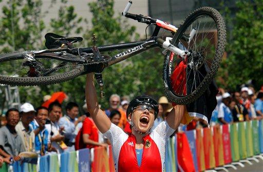 图文-山地赛女子越野赛决赛 施皮茨举起爱车