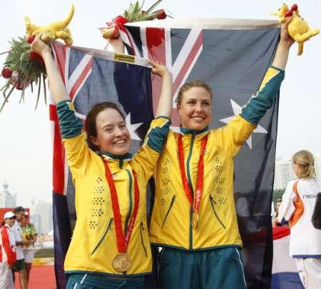 图文-帆船帆板女子470级决赛 举起祖国的旗帜