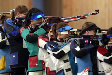 图文-射击各国女神枪手争首金 杜丽资格赛比赛中