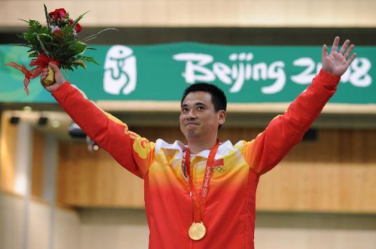 图文-男子50米步枪三姿颁奖 邱健开心庆祝胜利