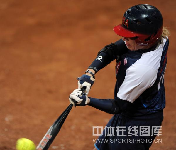图文-[奥运垒球]美国8-0荷兰 美国击球手在比赛中