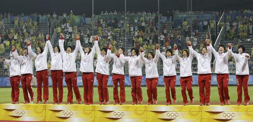 图文-垒球日本爆冷胜美国夺金 冠军走上领奖台