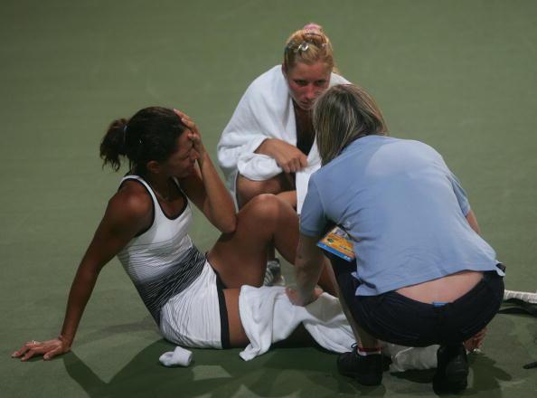 图文-奥运会网球女单首轮11日赛况 队医为其疗伤