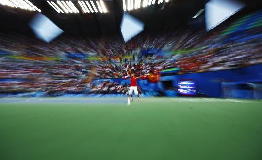 图文-纳达尔获网球男单冠军 纳达尔在比赛中发球