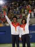 图文-网球女子双打决赛 廉姆斯姐妹展示金牌