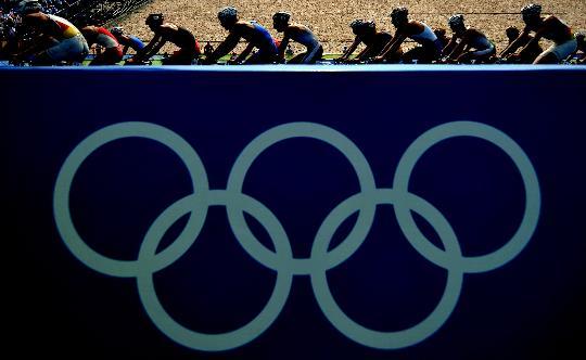 图文-铁人三项男子组决赛举行 骑行在奥运五环上