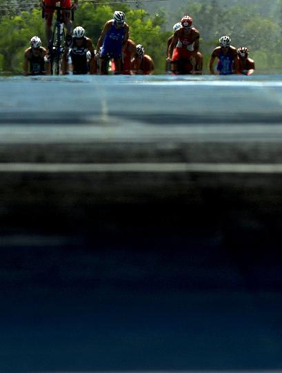 图文-铁人三项男子组决赛举行 自行车赛精彩一瞬