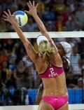 图文-沙滩排球9日赛场 德国队员珀尔大力拦网