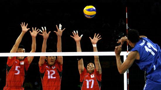 图文-奥运会16日男排比赛赛况 日本队三人拦网