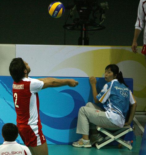 图文-奥运会16日男排比赛赛况 吓坏了场边的捡球员