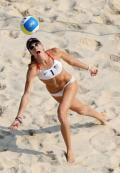 图文-奥运女子沙排半决赛 美国女将飞奔救球