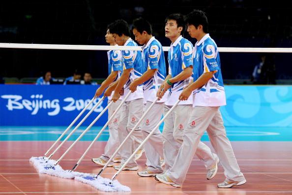 图文-奥运会男子排球1/4决赛赛况 志愿者服务