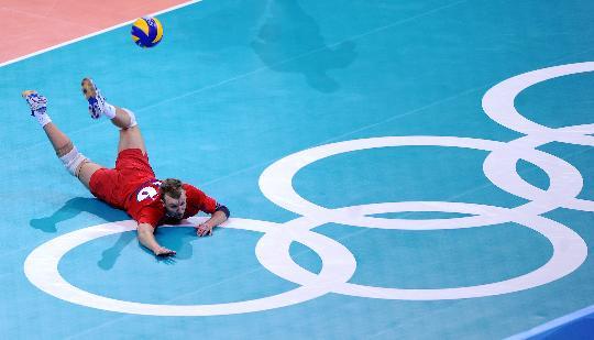 图文-男排半决赛美国胜俄罗斯 韦尔博夫倒地救球