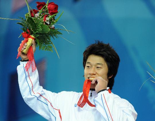 图文-韩国选手史载赫举重摘金 史载赫在领奖台上