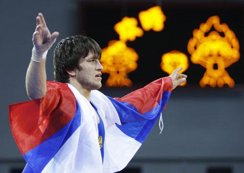 图文-摔跤男子60公斤级决赛 巴季罗夫身披国旗