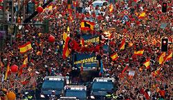 马德里万人空巷欢迎西班牙凯旋伊涅斯塔:谢章鱼