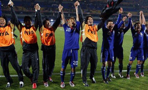 图文-[小组赛]丹麦1-3日本一同感谢球迷