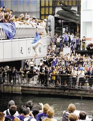 日本球迷独特方式贺球队晋级:百人跳河千人围观(图)