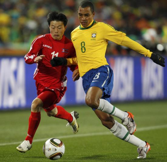 图文-[小组赛]巴西VS朝鲜吉尔伯托-席尔瓦从容不迫