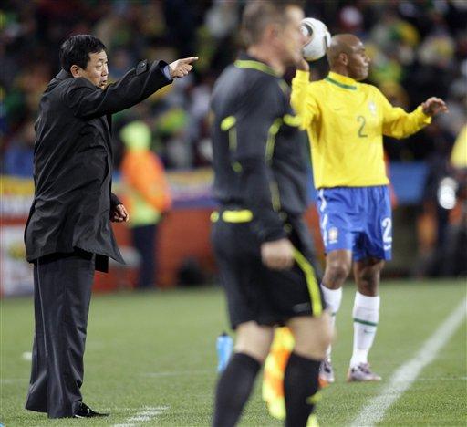 图文-[小组赛]巴西VS朝鲜金正勋作出指示