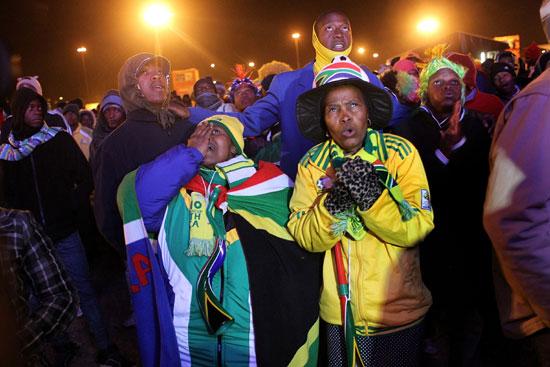 图文-南非球迷失望接受败局几乎不忍心再看